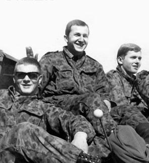 Dienen fürs Vaterland: Rudi (links) genießt mit seinen Kamerade die Kärtner Sonne